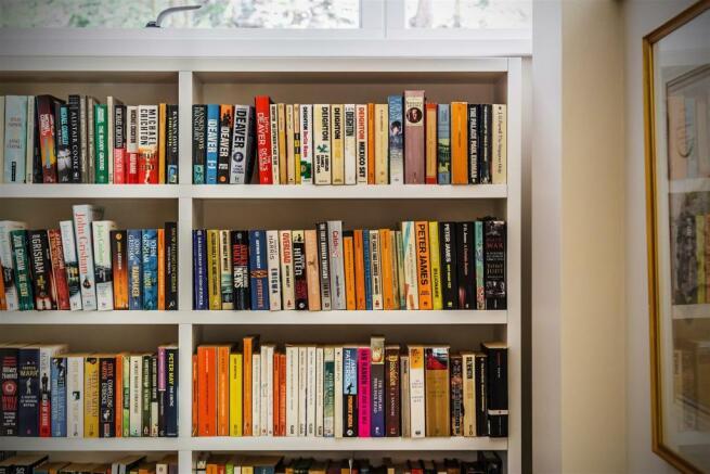 house. estate agency Guildford bookshelves