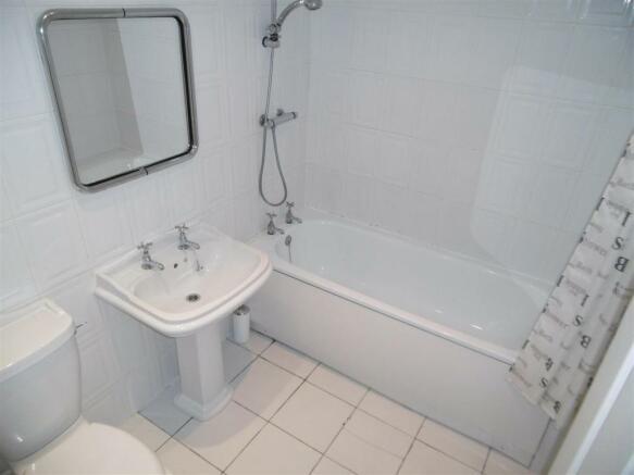 Apt3,36Aigburthdr_bathroom1.JPG