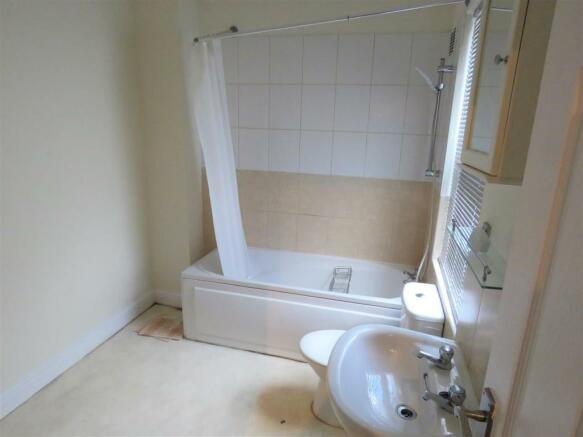 middlewood rd 283a bath.jpg