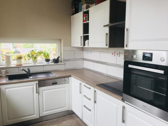 https://www.99home.co.uk/media/photos/4_Kitchen1.jpg