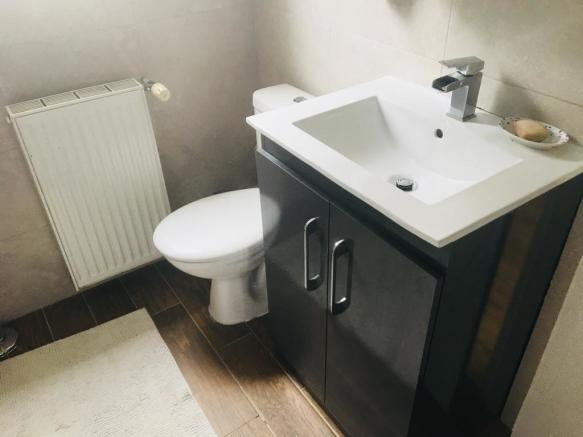 https://www.99home.co.uk/media/photos/6_Bathroom1.jpg