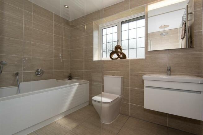 Frobisher Bathroom 1