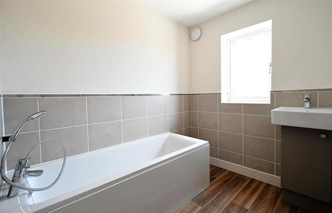 21 - Alexandrite - Main Bathroom.JPG
