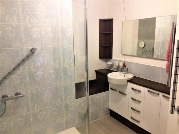 4 Hilltree bathroom.jpg