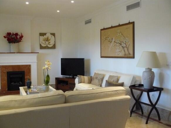 E1) livingroom.JPG