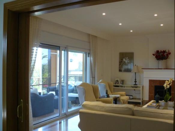 E2) livingroom.JPG