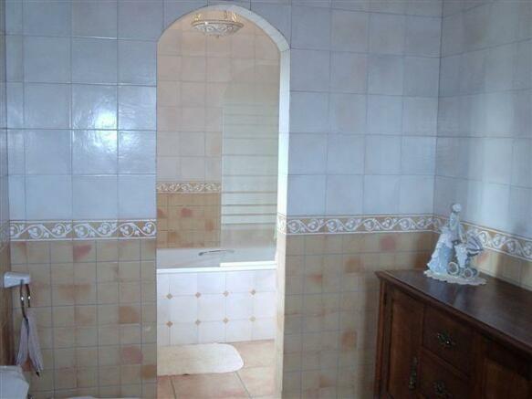 13. Principal bathro