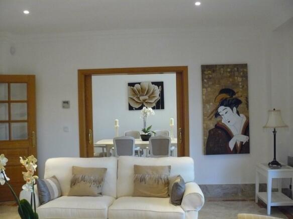 E3) livingroom.JPG