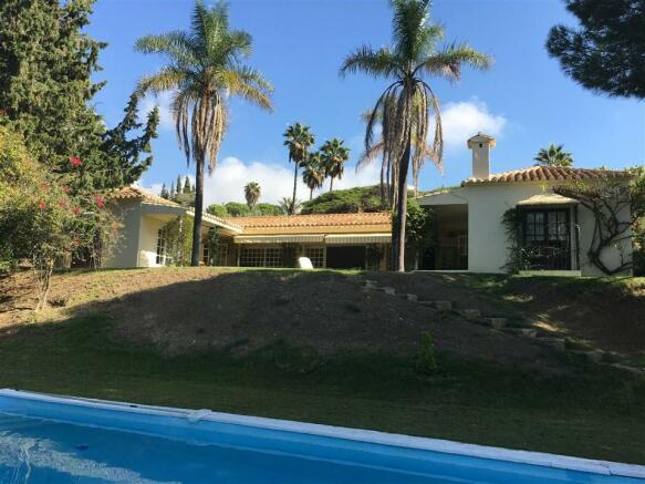villa pool and garde