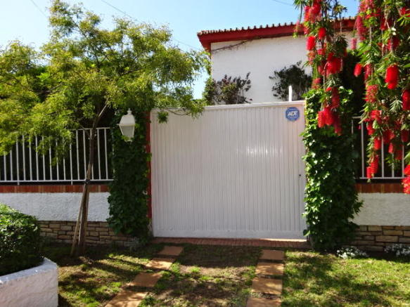 Fachada y jardín de