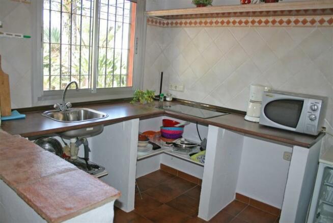 F2331404 - Kitchen 2