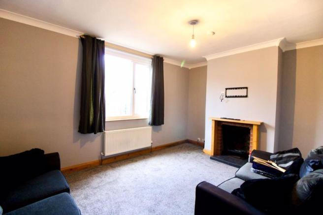 2 bedroom semi-detached house to rent in Glenfield Avenue
