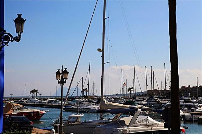 Sotogrande hamn med Gibraltar i bakgrunden