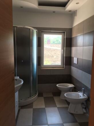 Bathroom 2/4