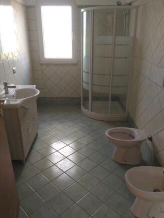 Bathroom 1/4