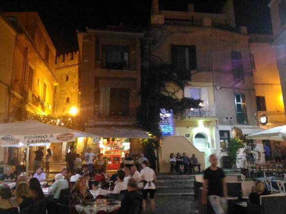 Piazza Nettuno 2