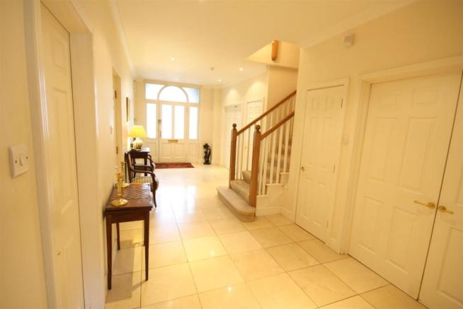 40 Wolesey Road East Molesey ent hall 2.jpg