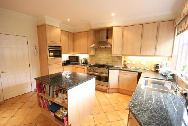 40 Wolesey Road East Molesey kitchen 2.jpg