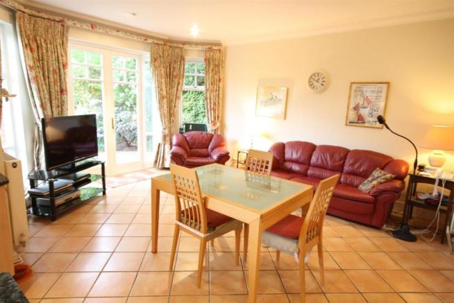 40 Wolesey Road East Molesey living.jpg