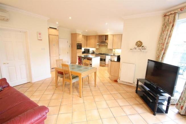 40 Wolesey Road East Molesey kitchen living.jpg