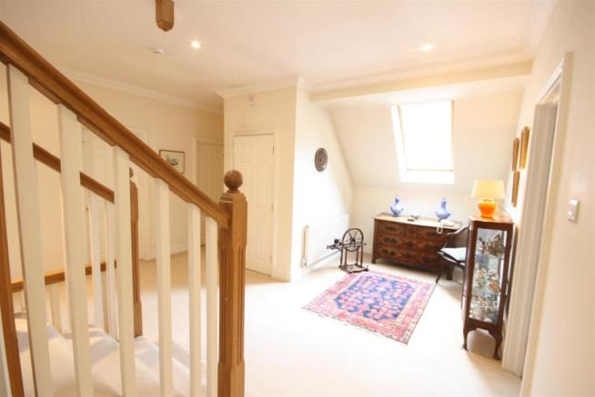40 Wolesey Road East Molesey landing.jpg