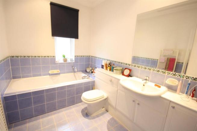 40 Wolesey Road East Molesey bed 2 ensuite.jpg