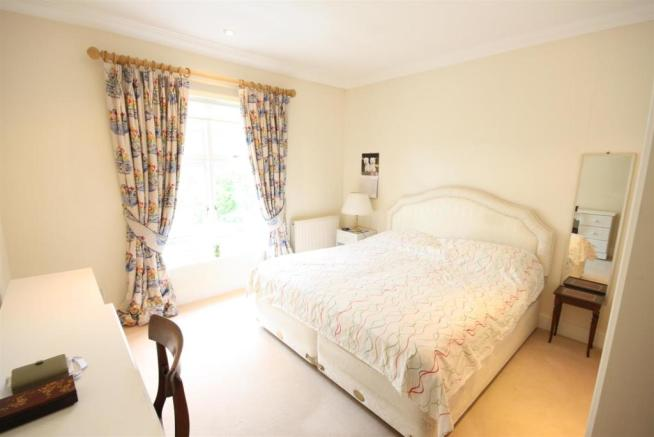 40 Wolesey Road East Molesey bed 4.jpg