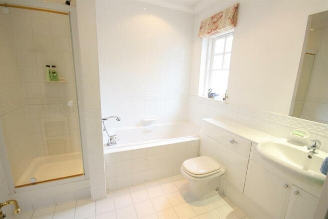 40 Wolesey Road East Molesey bathroom .jpg