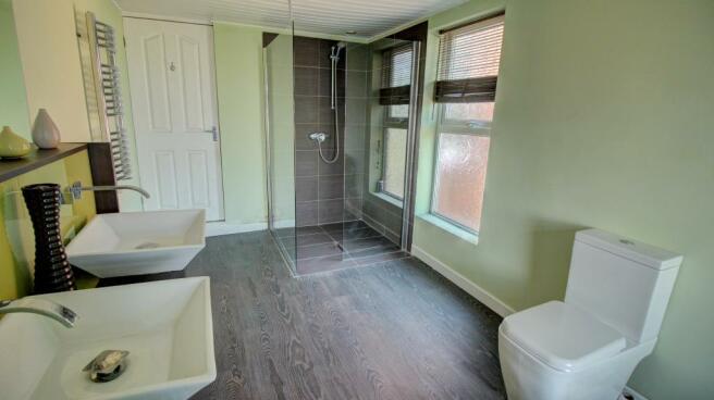 Bathroom (reverse angle)