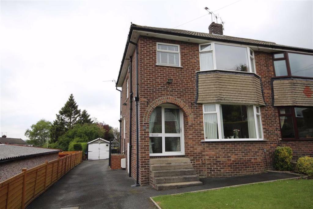 3 bedroom semi-detached house  Ashbourne Close, Bradford