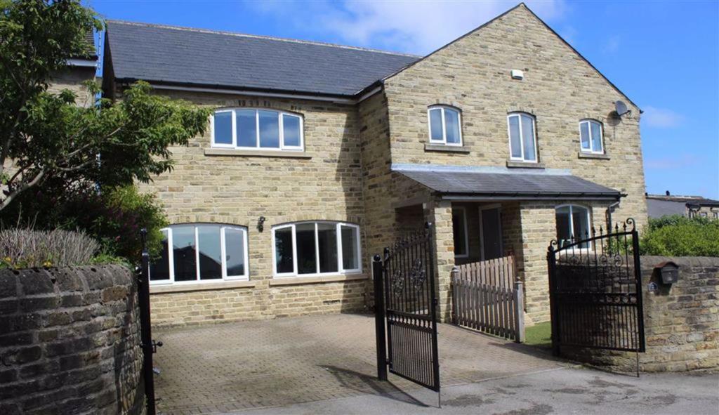 4 bedroom detached house  Royd Well, Birkenshaw