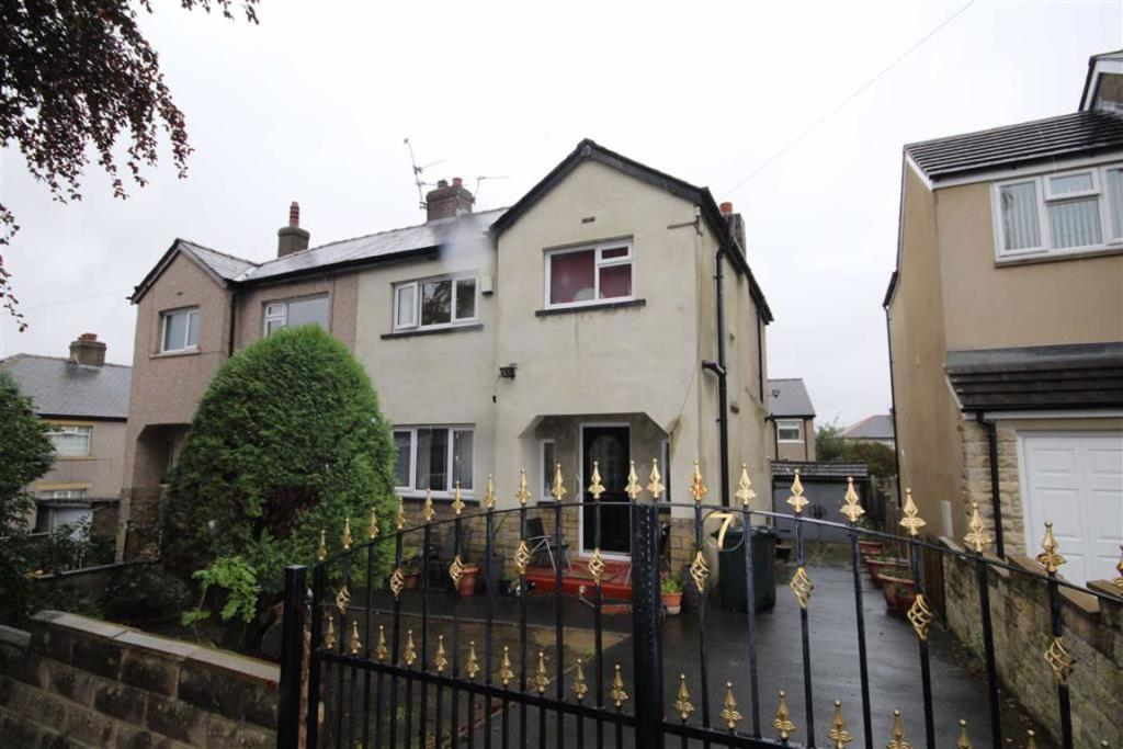 3 bedroom semi-detached house  Rooley Crescent, Odsal