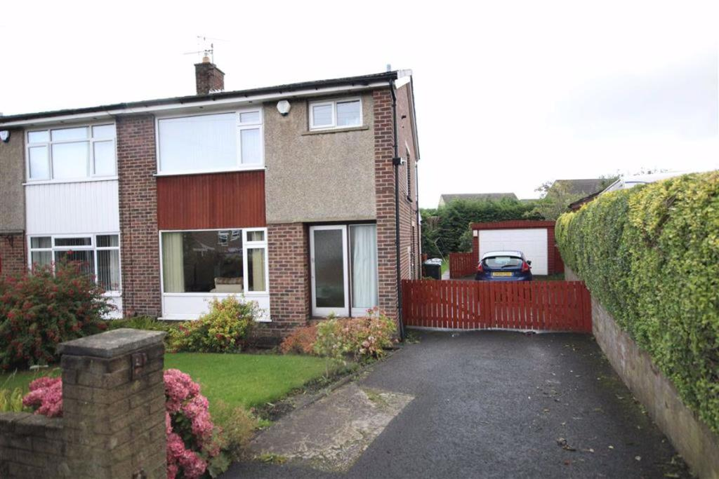 3 bedroom semi-detached house  Denbrook Way, Bradford