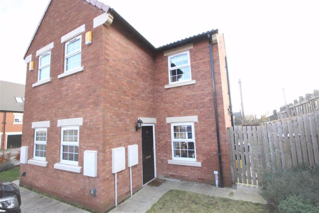 3 bedroom semi-detached house  Mayfield Place, Wyke