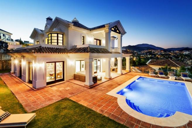 villa and the pool