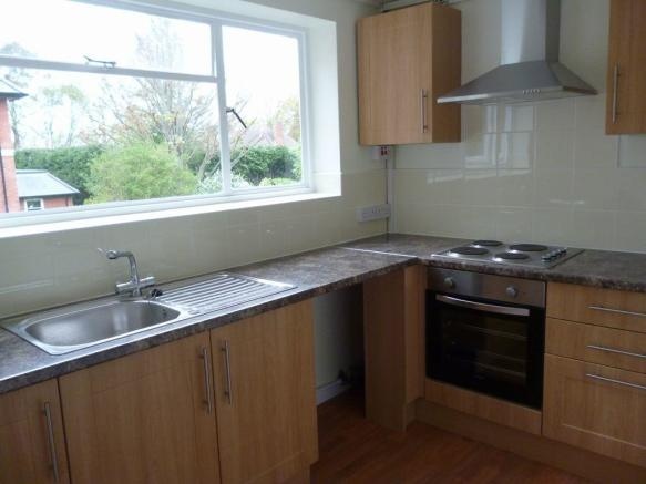 Thumbnail LEAMINGTON SPA, CLIFFE COURT: **SPACIOUS TWO BEDROOM FLAT** This Two bedroom first floor flat is located within the popular Leamington Spa. The flat offers hallway with storage, fitted kitchen with hob/extractor hood/oven, lounge/dining with balcony, large double bedroom, single bedroom and bathr...