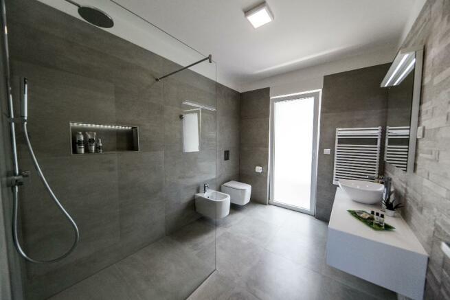 1 floor bathroom