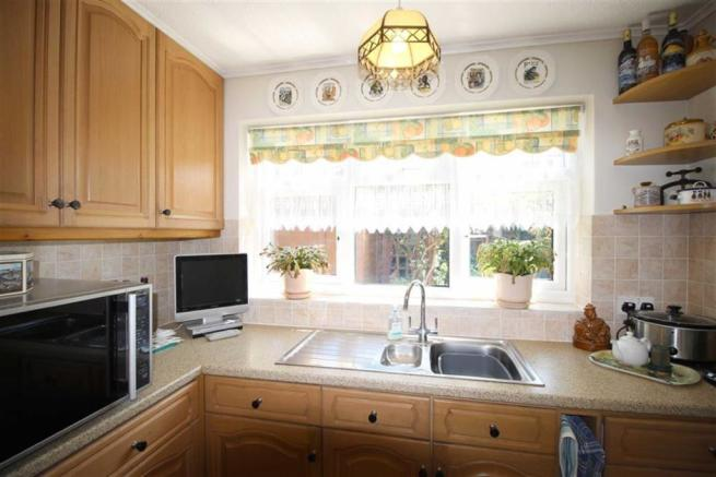 FITTED & EQUIPPED KITCHEN