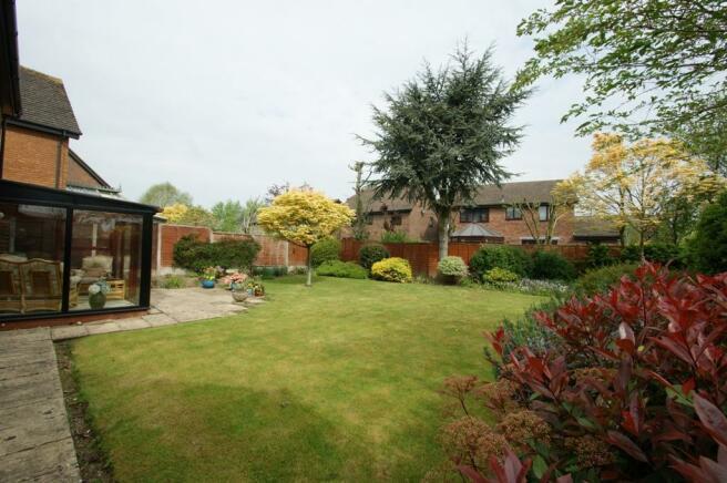 6 Bagehott Close - garden.jpg