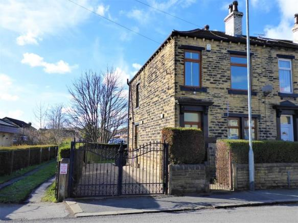 3 bedroom terraced house for sale in Greenside, Pudsey, LS28