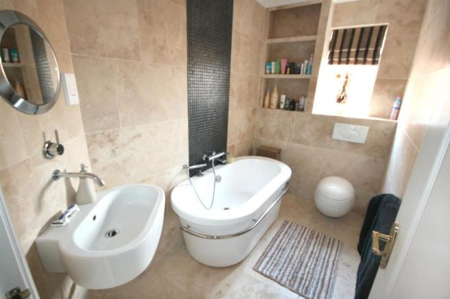 CONTEMPORARY HOUSE BATHROOM