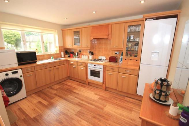'L' SHAPED BREAKFAST KITCHEN