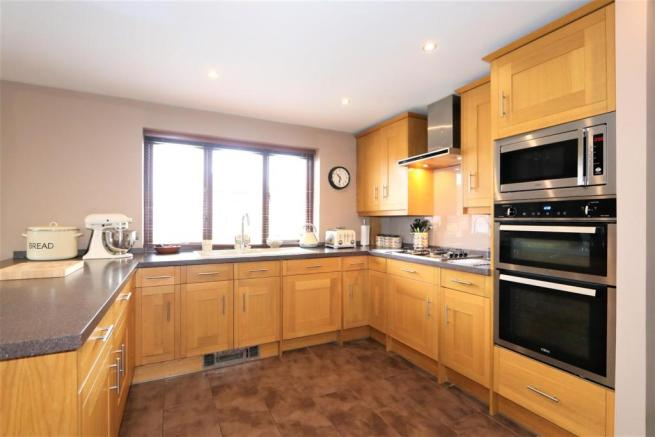 SUPERB FITTED DINING KITCHEN