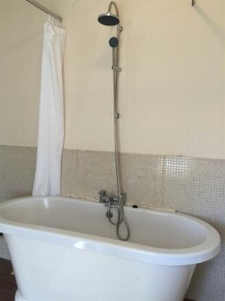 first floor bathroom 1.2.JPG