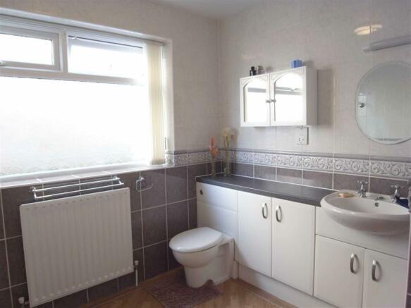BATH/SHOWER ROOM/WC