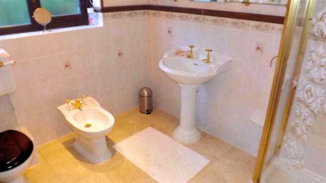 Daneswood bed 1 en suite (1) (1).jpg