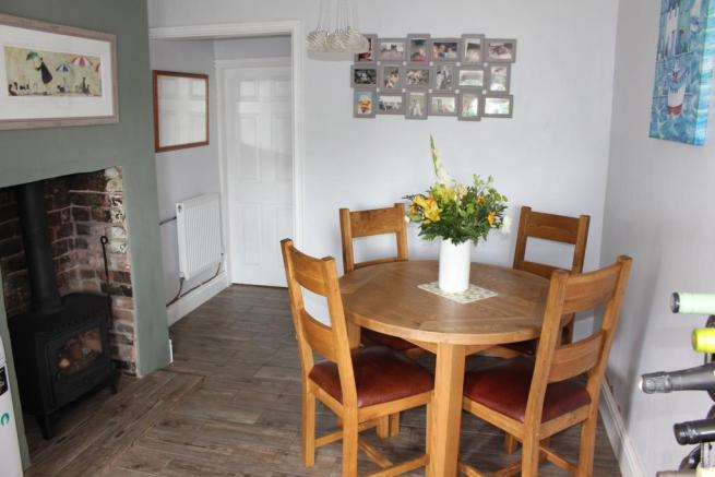 'L' SHAPED KITCHEN/DINING ROOM