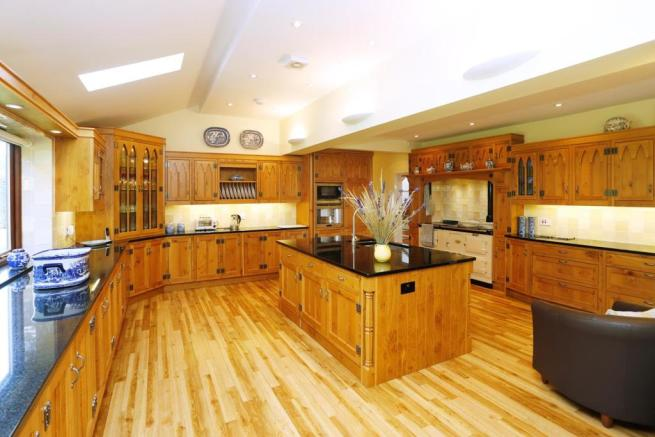 LARGE 'L' SHAPED KITCHEN/BREAKFAST ROOM
