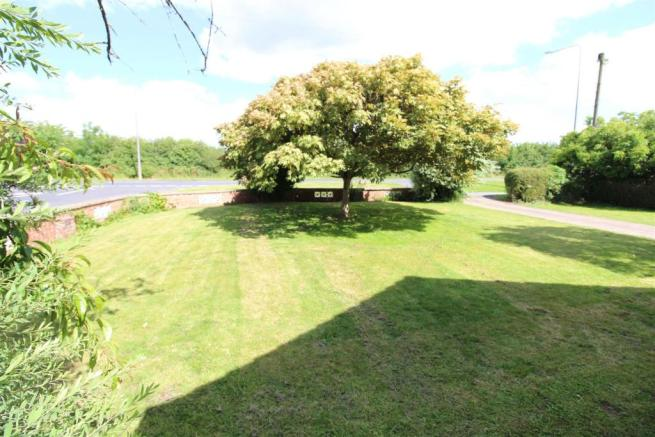 156 Fairway, Waltham Front Garden (2).JPG