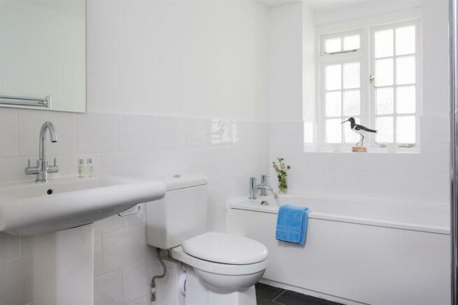 EN-SUITE BATH/SHOWER ROOM